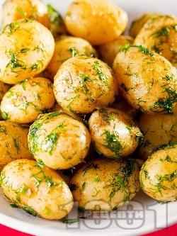 Задушени бейби пресни картофи соте с копър, чесън и масло на тиган - снимка на рецептата
